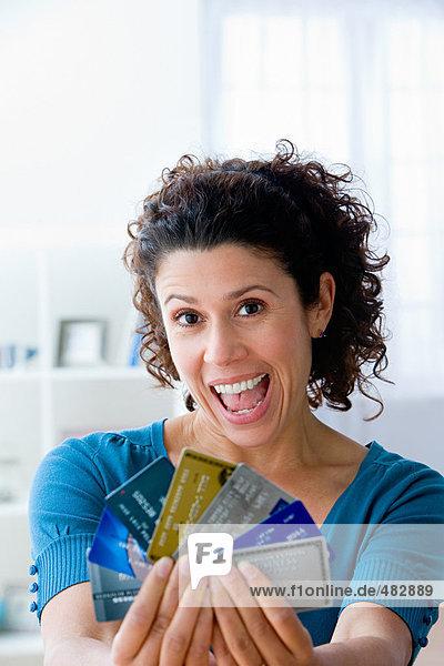 Frau mit einer Auswahl an Kreditkarten