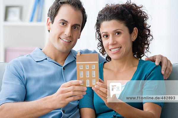 Paar mit einem Hausmodell