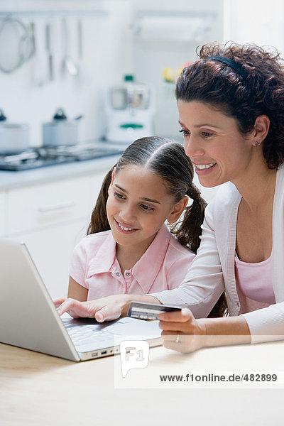 Mutter und Tochter online einkaufen