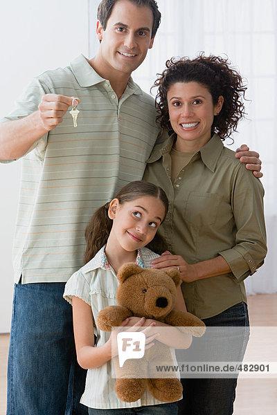 Familie mit Schlüssel zum neuen Haus