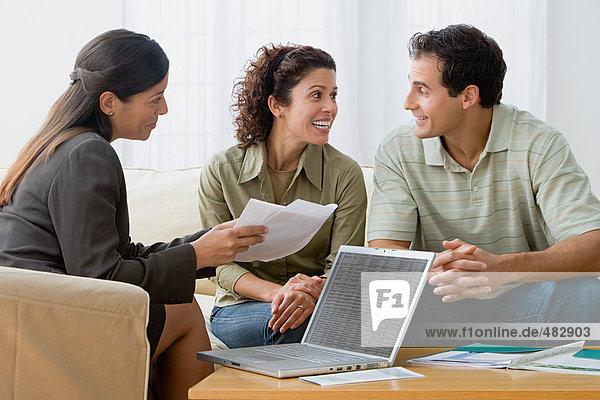 Paar mit einem Finanzberater