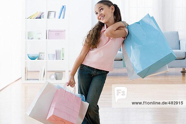 Mädchen mit Einkaufstaschen