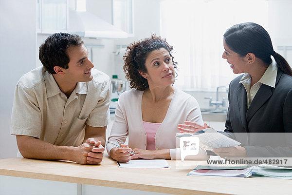 Finanzberater mit Ehepaar