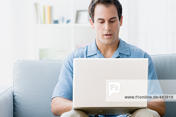 Mann mit einem Laptop zu Hause
