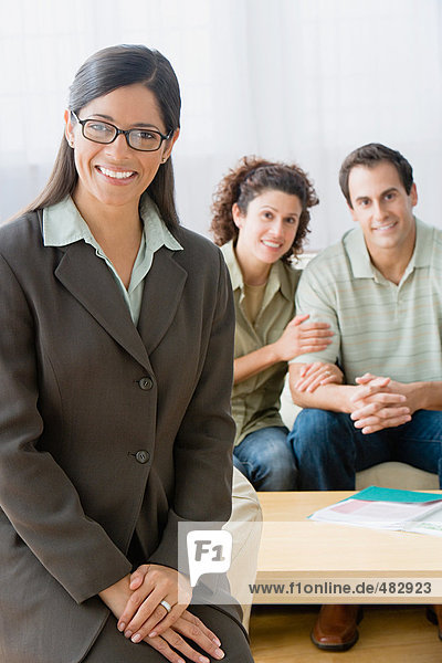 Finanzberater mit einem Paar