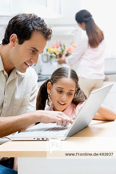 Vater und Tochter mit einem Laptop-Computer