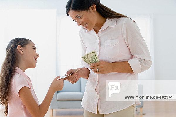 Mutter gibt Tochter Taschengeld