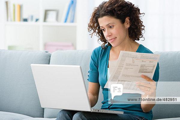 Frau bezahlt Rechnungen online