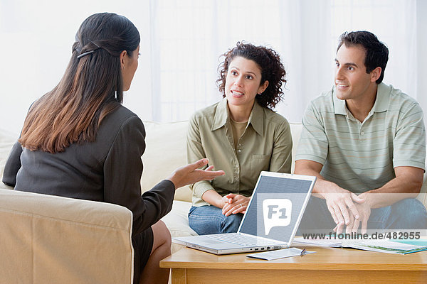 Paar im Gespräch mit einem Finanzberater