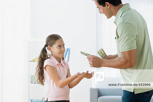 Vater gibt Tochter Taschengeld