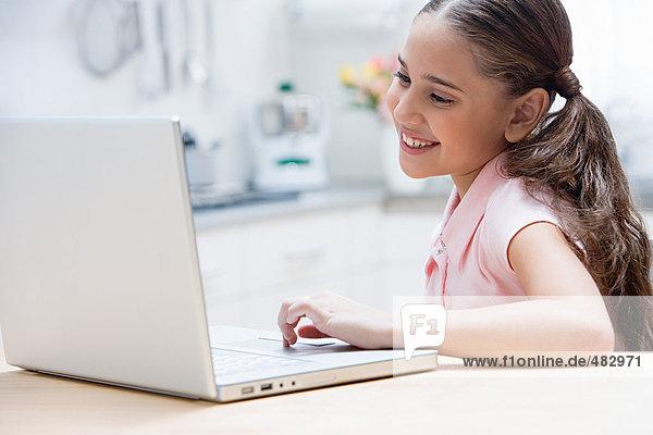 Mädchen mit einem Laptop-Computer