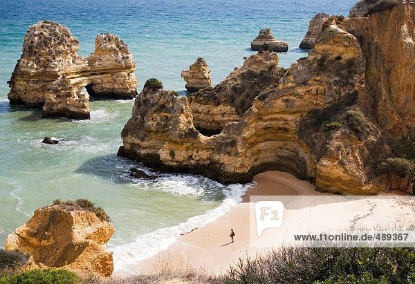 Luftbild von Touristen am Strand  Algarve  Portugal