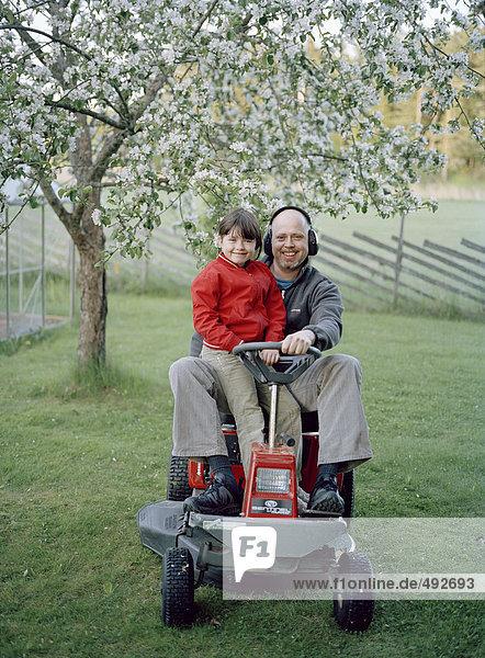 sitzend Menschlicher Vater Tochter Rasenmäher