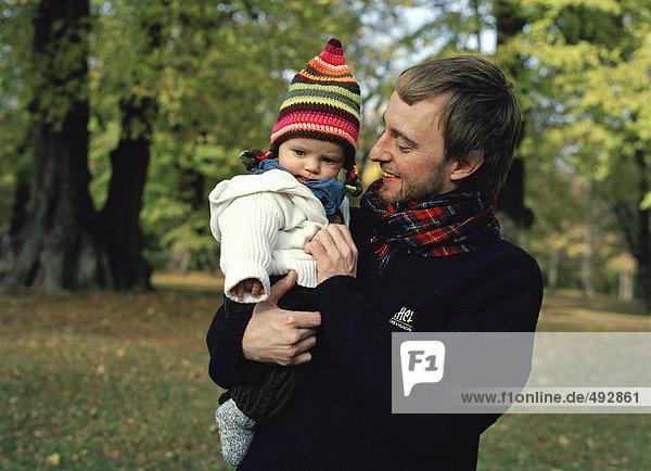 Ein Kind von seinen Vater getragen.