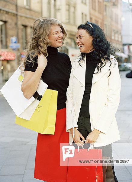Zwei Frau beim Einkauf.