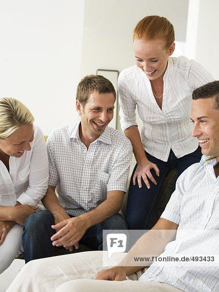 Happy Personen in einem Büro.