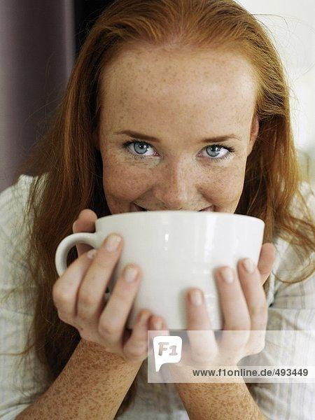 Portrait einer jungen Frau Tee trinken.