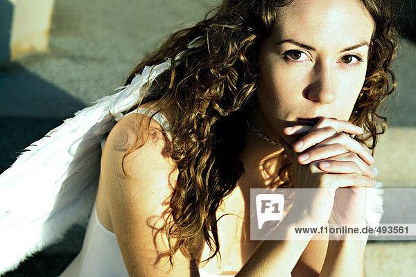 Portrait einer Frau tragen Flügel.