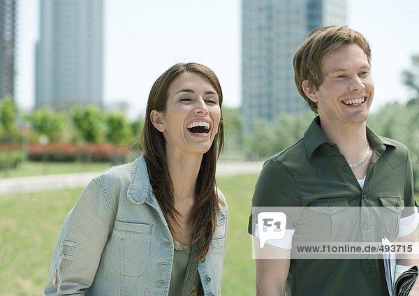 Junger Mann und Frau im Stadtpark  lachend