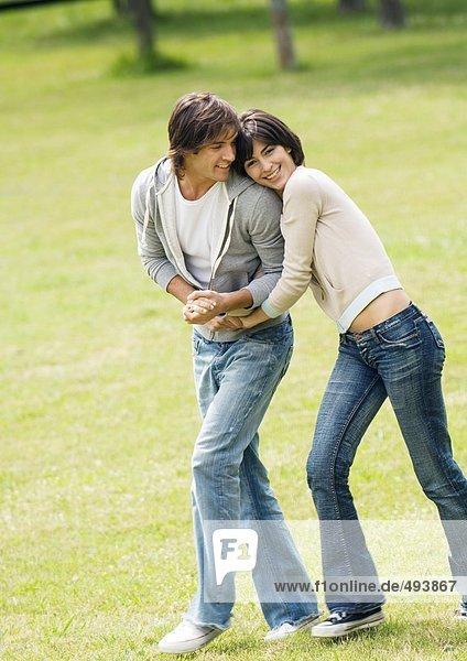 Junges Paar  das auf Rasen läuft
