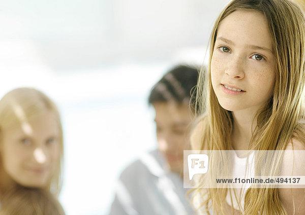 Mädchen mit Eltern im Hintergrund  Portrait