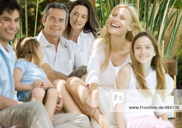 Zwei Paare und zwei Kinder entspannen gemeinsam