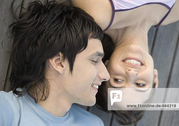 Junges Paar auf dem Dock liegend  Nahaufnahme