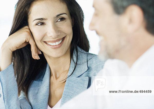 Geschäftsfrau lächelt Kollegin an  Nahaufnahme