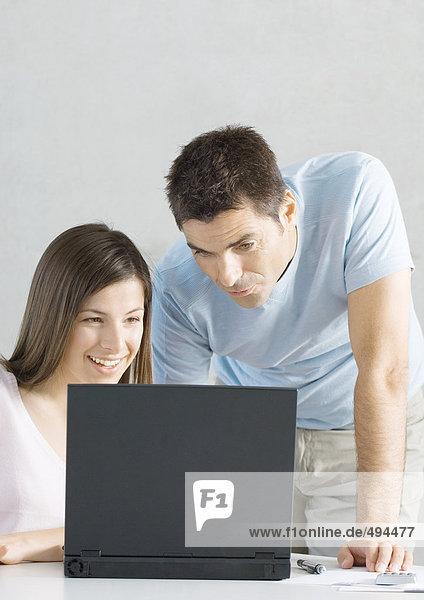 Pärchen mit Laptop zusammen