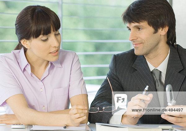 Frau im Gespräch mit Geschäftsmann