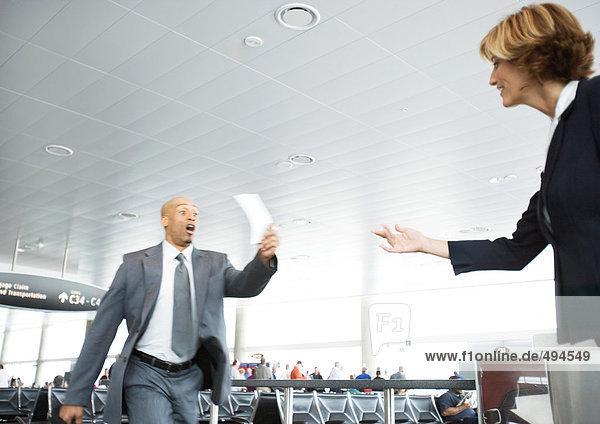 Rauschender Geschäftsmann hält Ticket für Flugbegleiter bereit