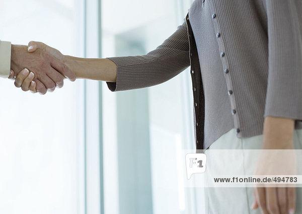 Geschäftsleute beim Händeschütteln  Mittelteil Geschäftsleute beim Händeschütteln, Mittelteil