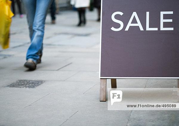 Verkaufsschild  vorbeigehender Shopper