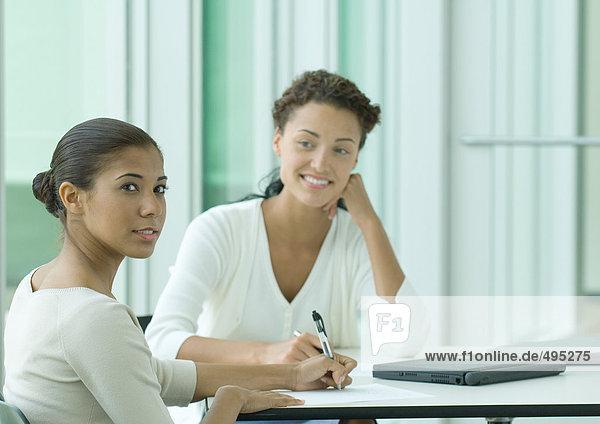Zwei weibliche Büroangestellte Zwei weibliche Büroangestellte