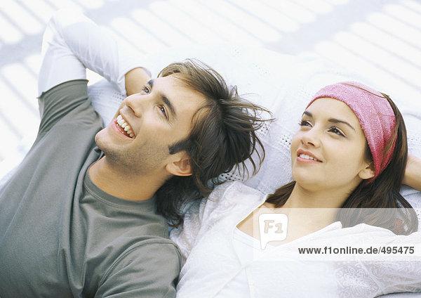Junges Paar auf dem Rücken liegend  entspannend