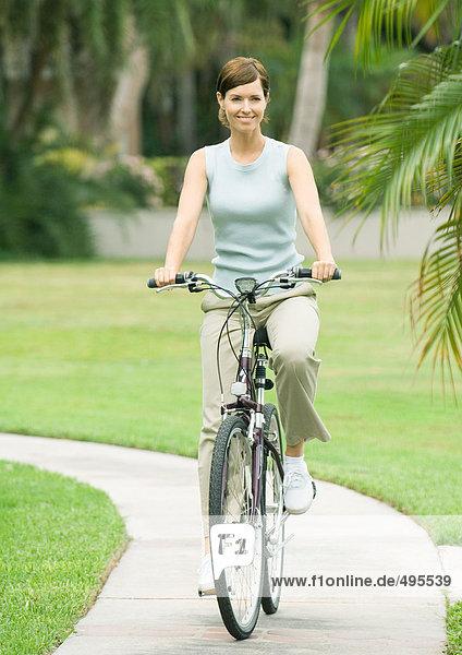 Frau auf dem Fahrrad  lächelnd
