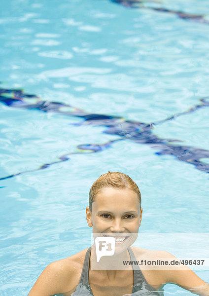 Frau im Pool stehend  lächelnd