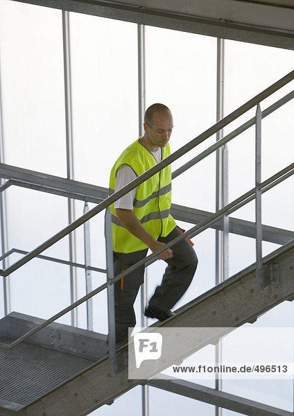 Fabrikarbeiter beim Treppensteigen
