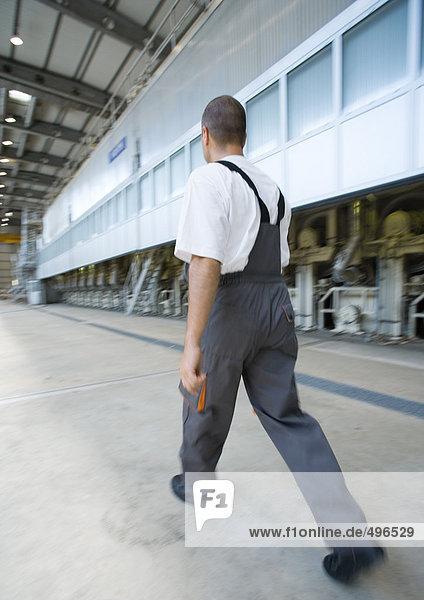 Fabrikarbeiter zu Fuß
