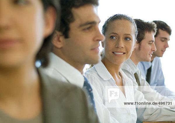 Geschäftskollegen mit Besprechung  Schwerpunkt Frau