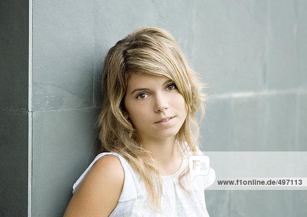 Junge Frau an der Wand lehnend  Porträt