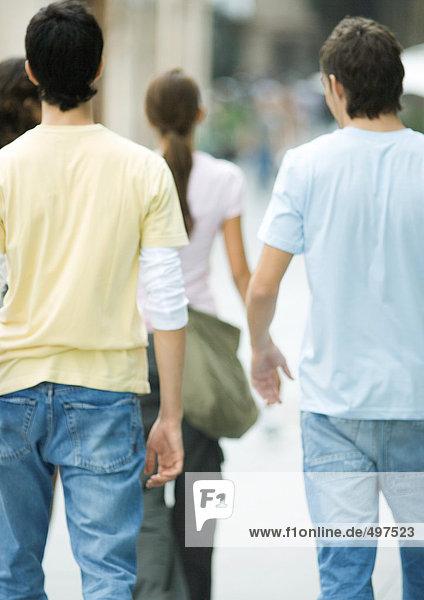 Teenager beim Gehen,  Rückansicht