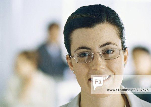 Junge Geschäftsfrau mit Brille
