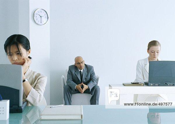 Büro  Chef beobachtet Mitarbeiter bei der Arbeit