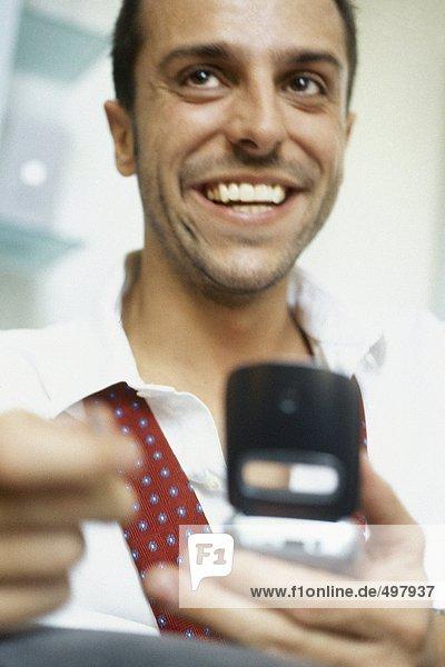 Mann mit Handy  lächelnd