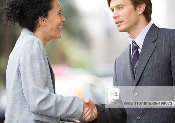 Geschäftsfrau und Geschäftsmann beim Händeschütteln