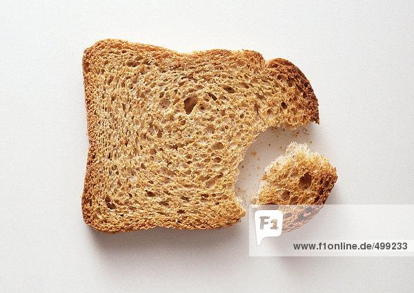Brotscheibe mit abgebrochenem Stück,  Nahaufnahme