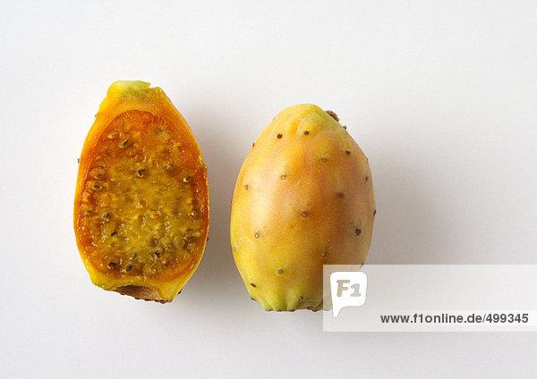 Kaktusfeigenfrucht und Hälfte