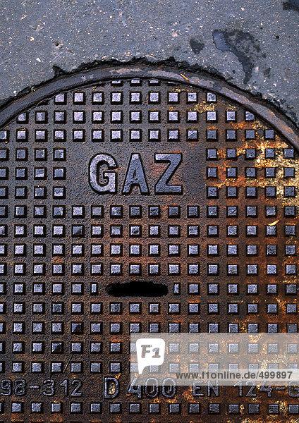 Gasart in Französisch auf Mannlochdeckel.