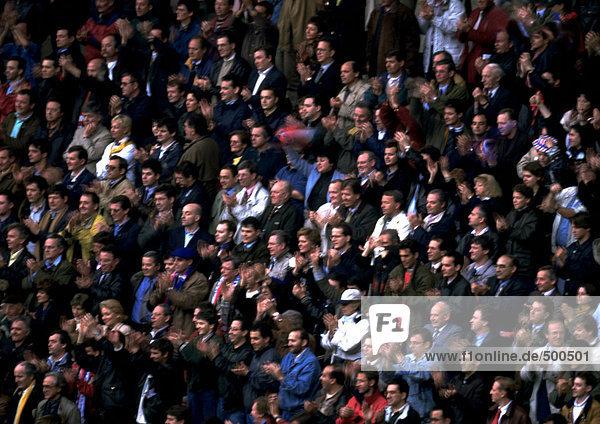 Menschenmenge applaudiert  voller Rahmen